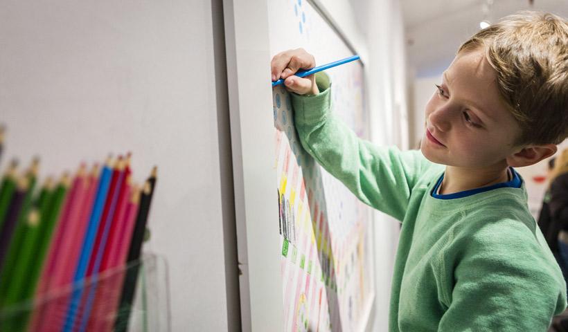Dibujo colectivo entre padres e hijos