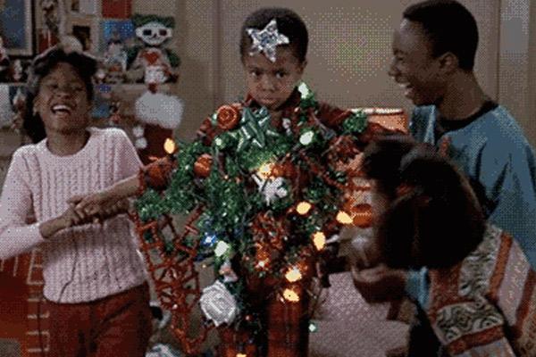 Jugar a decorar el árbol de navidad en casa