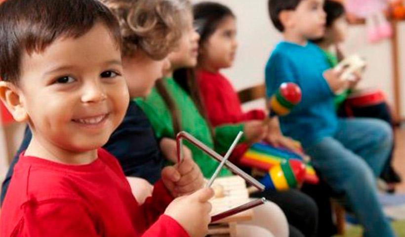¿Qué instrumento musical debe aprender a tocar un niño?
